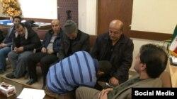 بوسه محکوم به اعدام بر دست پدر مقتول - سنندج٬ دی ۱۳۹۵