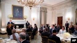 اولین مراسم افطار کاخ سفید به میزبانی پرزیدنت ترامپ چهارشنبه ۱۶ خرداد ماه با حضور جمعی از دیپلمات های کشورهای مسلمان برگزار شد.