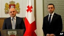 Премьер-министр Грузии Ираклий Гарибашвили (справа) и новый министр обороны Грузии Миндия Джанелидзе