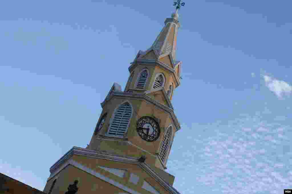 La entrada a la ciudad amurallada en Cartagena la marca este reloj.