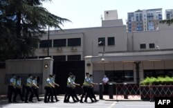 Polisi berbaris di depan Konsulat AS di Chengdu, provinsi Sichuan, China barat daya, 27 Juli 2020.