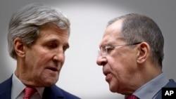 وزير امور خارجه آمريکا، جان کری (چپ) و همتای روسی اش، سرگئی لاوروف در مذاکرات هسته ای با ايران