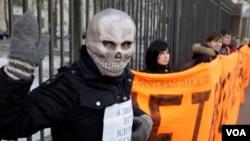 Salah satu protes para aktivis lingkungan di Eropa terhadap limbah nuklir (foto: ilustrasi).