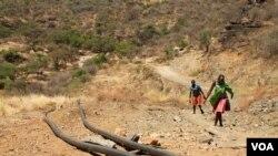 Les conduites d'eau installées par une grande société minière explorant la région de Karamoja - 2 mars 2014. (Crédit photo : Hilary Heuler pour la VOA)