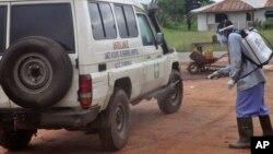 Le personnel de la santé désinfecte l'ambulance après avoir transporté deux malades suspectés d'être infecté du virus Ebola, dans le faubourg de Monrovia, Liberia, le 1er juillet 2015.