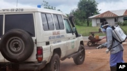 Le personnel de santé désinfecte l'ambulance après avoir transporté deux malades suspectés d'être infectés par le virus Ebola, Monrovia, Liberia, le 1er juillet 2015.