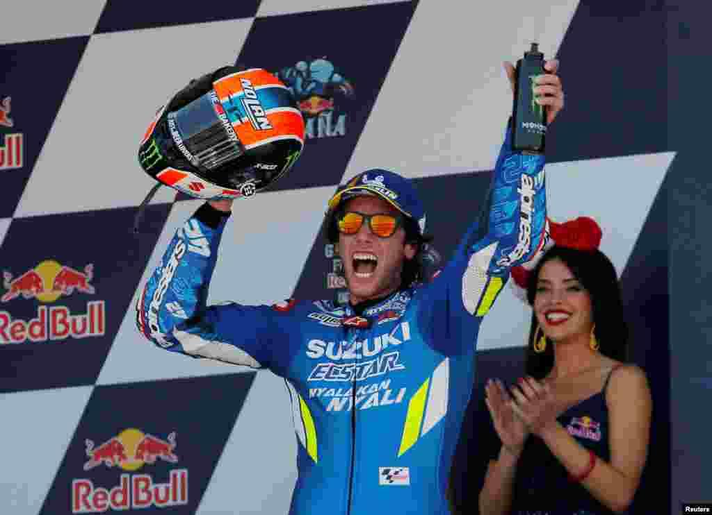 راننده اسپانیایی «الکس رینز» ۲۳ ساله از تیم سوزوکی قهرمانی مسابقات موتورسواری گرند پریکس در منطقه تاریخی «خرز ده لا فرونترا» در جنوب اسپانیا را جشن می گیرد.