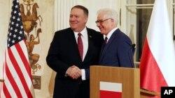 مایک پمپئو (چپ) و وزیر خارجه لهستان در یک کنفرانس روز سه شنبه شرکت کردند.