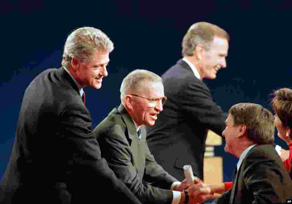 امروز در تاریخ: سال ۱۹۹۲- آخرین مناظره ریاست جمهوری آمریکا در ایالت میشیگان بین بیل کلینتون، راس پرو، و جورج بوش پدر، رئیس جمهور سابق آمریکا. در پایان این انتخابات، بیل کلینتون به عنوان چهل و دومین رئیس جمهور آمریکا انتخاب شد.