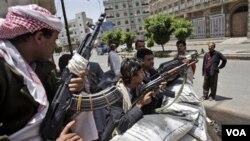 Anggota suku Hashid yang berpengaruh di Yaman siaga dengan senjata mereka di ibukota Sanaa (foto: dok.).