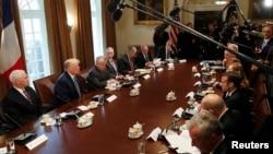 2018年4月24日,川普总统等美国高官和马克龙总统等法国高官在白宫内阁室举行双边会谈。