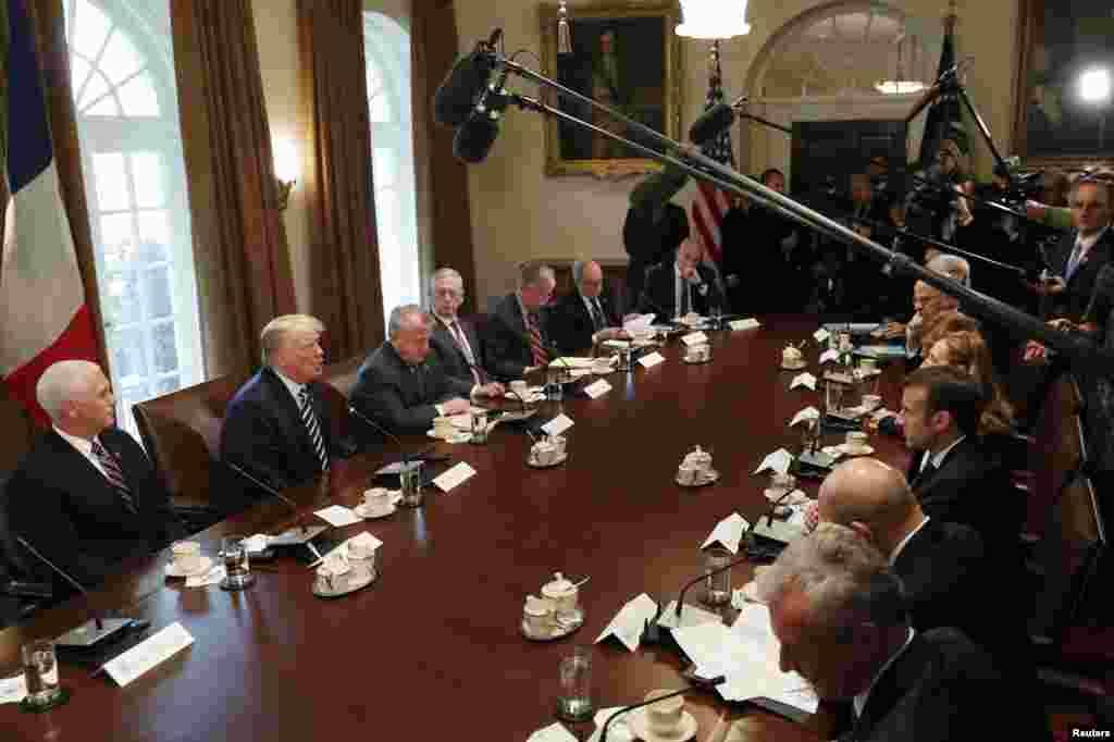 2018年4月24日,川普總統等美國高官和馬克龍總統等法國高官在白宮內閣室舉行雙邊會談。