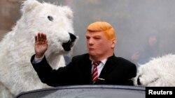 Manifestantes disfrazados de Donald Trum y un oso polar se manifiestan en Bonn contra la Conferencia de Cambio Climático.