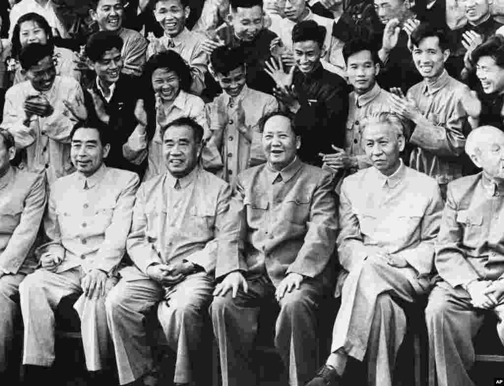 中共领袖出席共青团会议,前排右起:董必武,刘少奇,毛泽东,朱德,周恩来,第六人可能是陈云(1957年)。毛泽东对其他5个人都曾打压过。1959年4月刘少奇由中国人大选为国家主席,成为名义上的国家元首。他于1969年被迫害致死。周恩来、朱德和毛泽东在1976年先后相继去世。 中共一大代表里,只有董必武1949年10月1日以胜利者的身份陪同毛泽东站到了天安门城楼上,也只有他一人陪着毛在高位善终。但他担任最高法院院长期间几次挨批。刘少奇和林彪死后,中国国家副主席董必武被宣布为代主席。