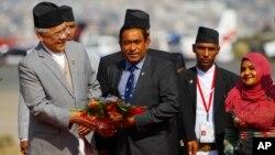 Presiden Maladewa Abdullah Yameen (tengah) disambut di bandar udara di Katmandu, Nepal, untuk menghadiri sebuah pertemuan regional. (Foto: Dok)