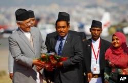El presidente de Maldivas, Abdullah Yameen, es recibido en el aeropuerto de Tribhuwan para asistir a la cumbre de la Asociación del Asia Meridional para la Cooperación Regional en Katmandú, Nepal, Nov. 25, 2014.