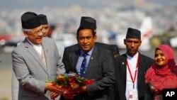 Photo d'archives: Le président des Maldives Abdullah Yameen, au centre, est accueilli à l'aéroport de Tribhuwan à l'occasion du sommet de l'Association sud-asiatique pour la coopération régionale à Katmandou, au Népal, le 25 novembre 2014.