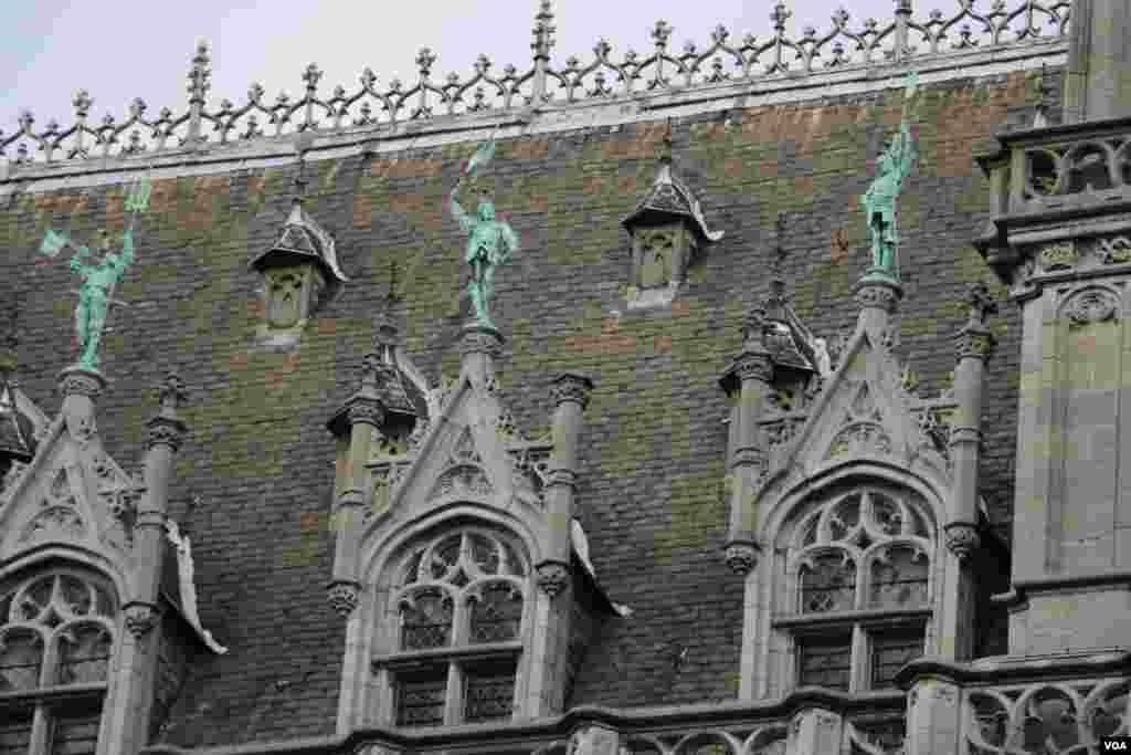 بروکسل در آستانه نشست کشورهای عضو سران ناتو - یکی از ویژگی های ساختمان های قدیمی شهر بروکسل مجسمه ها و هنر معماری آنهاست.