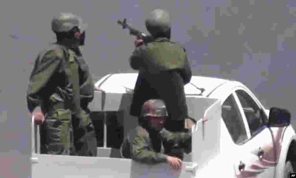 Havaskor videodan olingan tasvir, poytaxt Damashqda hukumat askarlari harbiy transportda turibdi, 18-iyul, 2012-yil.