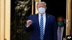 Arhiva - Predsednik Donald Tramp izlazi iz medicinskog centra Volter Rid na povratku u Belu kuću nakon što je primio tretman protiv Kovida 19, 5. oktobra 2020.