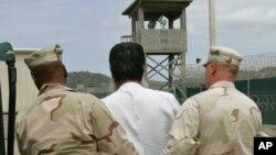 El prisionero que se negó a ser transferido es Mohammed Ali Abdullah Bwazir, quien tiene familia en Arabia Saudí, Emiratos Árabes e Indonesia y espera que pueda ser trasladado a uno de esos países, si no puede ser enviado a Yemen, su país natal.
