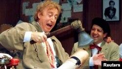 "Gene Wilder (izquierda) durante un ensayo de la obra de Neil Simon ""Laughter on the 23rd Floor"", en 1996."