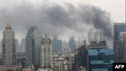 Khói bao phủ bầu trời ở thủ đô Bangkok, ngày 16/5/2010. Giao tranh giữa các lực lượng an ninh và người biểu tình đã gây tử vong cho ít nhất 29 người và gây thương tích cho 220 người khác kể từ thứ Năm