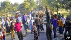 Para aktivis Jamaat-e-Islami, partai berhaluan Islam terbesar di Bangladesh, memblokir jalan dalam demonstrasi menentang penjatuhan hukuman mati terhadap salah seorang pemimpin partai itu (foto, 3/3/2013).
