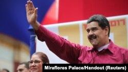 وینزویلا کے صدر میڈورو اپنے حامیوں کے نعروں کا جواب دے رہے ہیں۔ 7 نومبر 2017