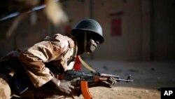 10일 말리 북부도시 가오에서 반군과 교전 중인 정부군.