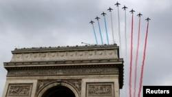 ສີຊາດຝຣັ່ງ ຢູ່ເທິງ Arc de Triomphe ໃນລະຫວ່າງການເດີນ ສວນສະໜາມ ໃນວັນ Bastille Day ຕາມຖະໜົນ Champs Elysees ໃນນະຄອນຫຼວງປາຣີ ວັນທີ 14 ກໍລະກົດ 2014.