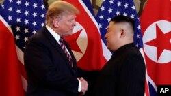 El presidente de EE.UU., Donald Trump, estrecha la mano del líder de Corea del Norte, Kim Jong Un, el miércoles, 27 de febrero de 2019, en Hanoi, Vietnam.