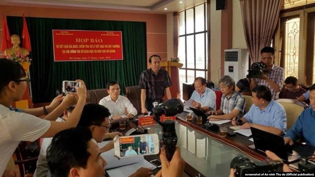Quan chức Bộ GD-ĐT họp báo về gian lận thi tốt nghiệp ở Hà Giang, 17/7/2018