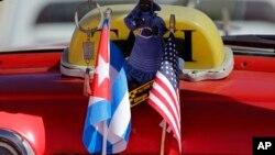 18일 쿠바 아바나의 택시가 쿠바 국기(왼쪽)와 성조기를 나란히 달고 있다.