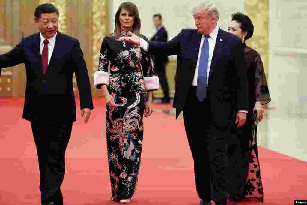 ប្រធានាធិបតីសហរដ្ឋអាមេរិក ដូណាល់ ត្រាំ និងស្ត្រីទី១Melania បានមកដល់កន្លែងទទួលទានអាហារពេលល្ងាចជាមួយប្រធានាធិបតីចិន Xi Jinping និងស្ត្រីទី១Peng Liyuan នៅមហាសាលប្រជាជន ក្នុងក្រុងប៉េកាំង ប្រទេសចិន។