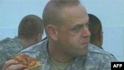 Američki vojnik uživa u pici daleko od kuće