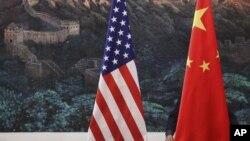 在中国长城图画前面的美中两国国旗