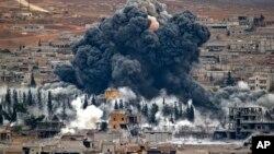 Foto de archivo de un bombardeo de la coalición liderada por Estados Unidos en la ciudad siria de Kobani.
