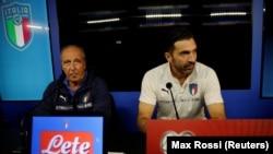 Gian Piero Ventura, à gauche et Gianluigi Buffon lors de la conférence de presse d'avant le match Italie - Suède, Milan le 12 Novembre 2017REUTERS/Max Rossi