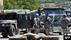 Миротворцы НАТО в деревне Рударе в Косово на границе с Сербией. 27 июля 2011 года