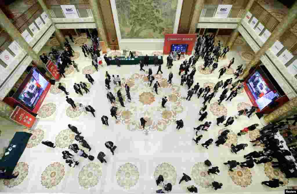 2018年3月25日在北京钓鱼台国宾馆举行的中国发展高层论坛(CDF)年会上,与会者在午餐后在大厅里休息。