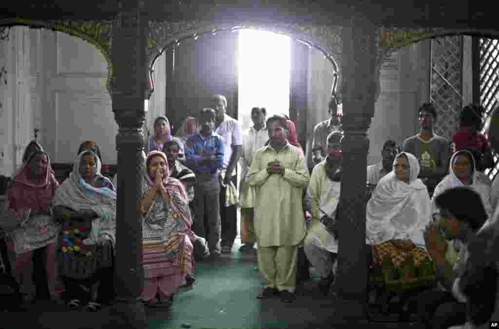 Christian worshippers, including survivors of Sunday's suicide bombing, pray during a special Mass at the church where the attack took place, in Peshawar, Pakistan, Sept. 23, 2013.