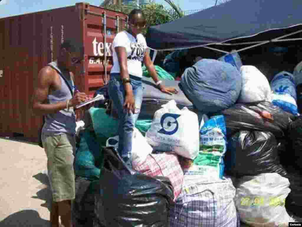 Voluntários a recolher bens alimentares e vestuários para a população do Cunene, Uige e Benguela em 2011.
