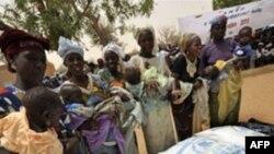 Phụ nữ chờ đợi để lãnh thức ăn cho trẻ em tại Koleram, miền nam Niger