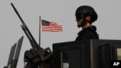 4일 바레인 마나마 주재 미국 대사관 건물 밖에서, 바레인군이 경계 근무 중이다.