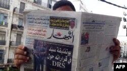 Un Algérien lit le journal à Alger, le 13 septembre 2015.