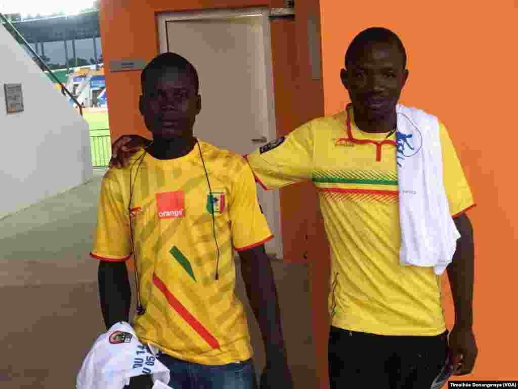 Les fans maliens sont prêts devant le stade d'Oyem, au Gabon, le 25 janvier 2017. (VOA/Timothée Donangmaye)