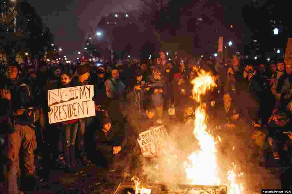 Sur la place Franklin, des militants anti-trump étaient présents pour protester et ont brûlé des kiosques à journaux, à Washington DC, le 20 janvier 2017. (VOA/Nastasia Peteuil)
