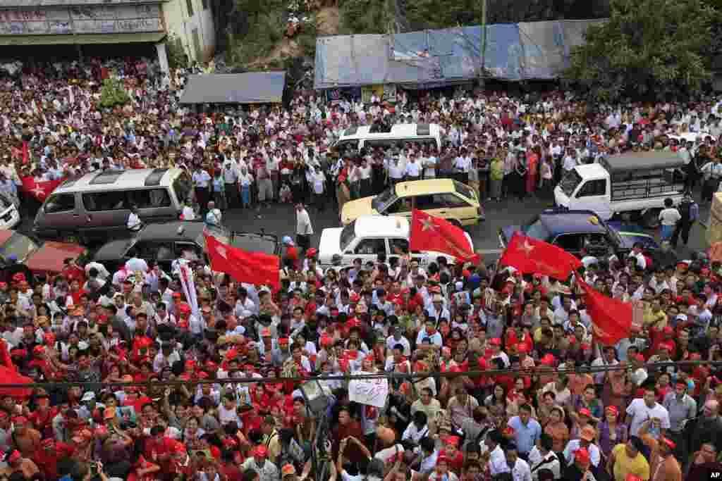 Người ủng hộ ăn mừng kết quả bầu cử trước trụ sở chính của Liên minh Toàn quốc Đấu tranh cho Dân chủ (NLD) ở Yangon, ngày 1/4/2012 (Reuters)