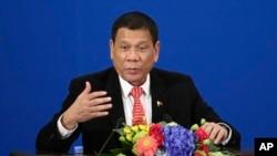 중국을방문중인로드리고두테르테필리핀대통령이20일 베이징 인민대회당에서 열린 중국-필리핀 교역 및 투자 포럼에서 연설하고 있다.